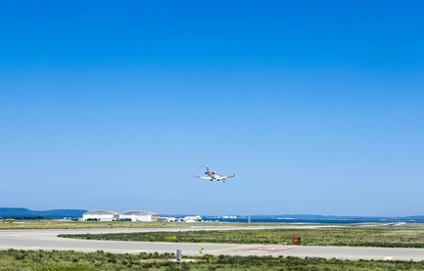avion à l'atterrissage à l'aéroport de Marseille Provence