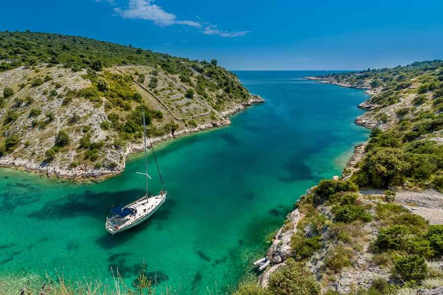 Un bateau vogue sur la côté de Rijeka