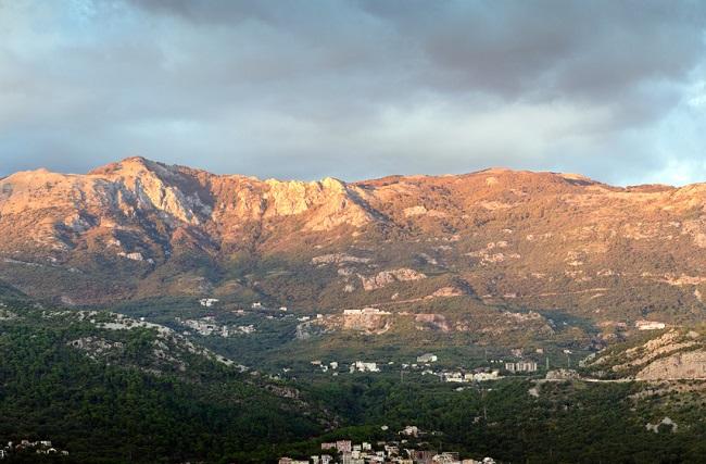 Montagnes près de Budva