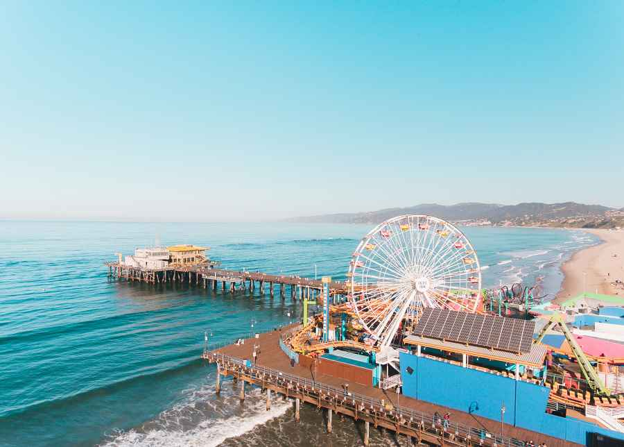 Drive to Santa Monica pier with your Sixt car rental in Los Angeles.